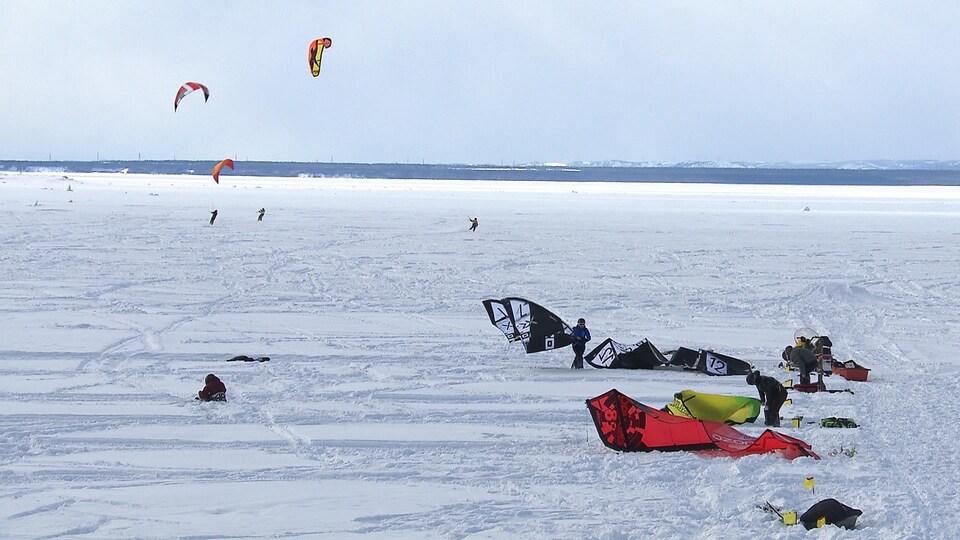 Faire du ski tiré par un cerf-volant permet d'atteindre des vitesses impressionnantes.