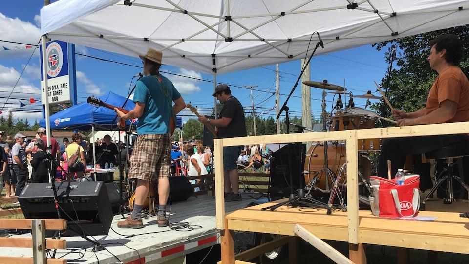 Durant le Festival Blues d'la Baie, une quinzaine de spectacles gratuits sont présentés à l'extérieur des commerces de Petit-Rocher.