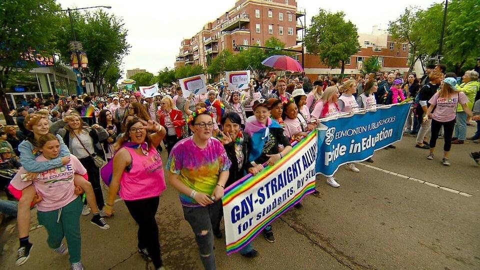 Des personnes défilent avec des pancartes lors du défilé de la fierté en 2018.