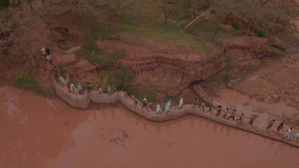 Un barrage fait en terre