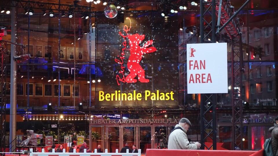 La devanture d'un cinéma à Berlin. Une illustration d'un ours est située sur la façade d'un cinéma.