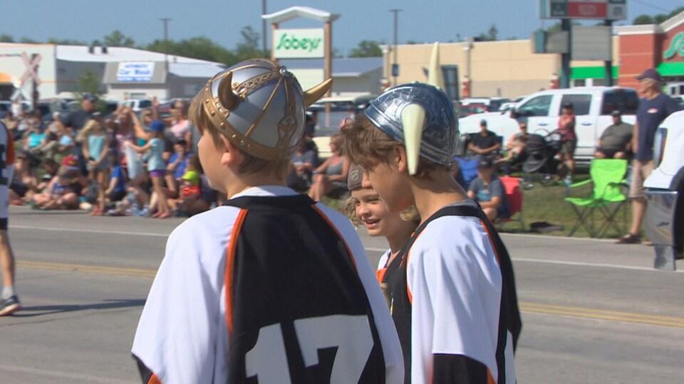 Des garçons constumés en Vickings portant des chandails numérotés.