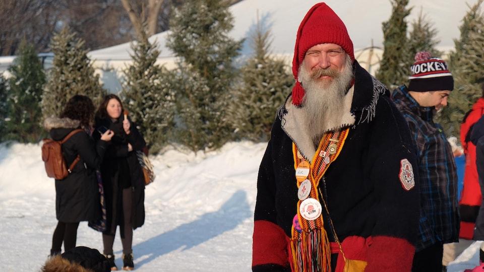 Un homme barbu déguisé en voyageur.