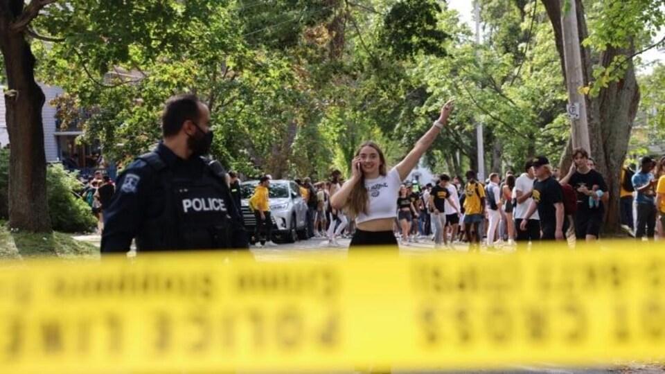 Des étudiants sont rassemblés dans une rue, aux côtés des forces policières.