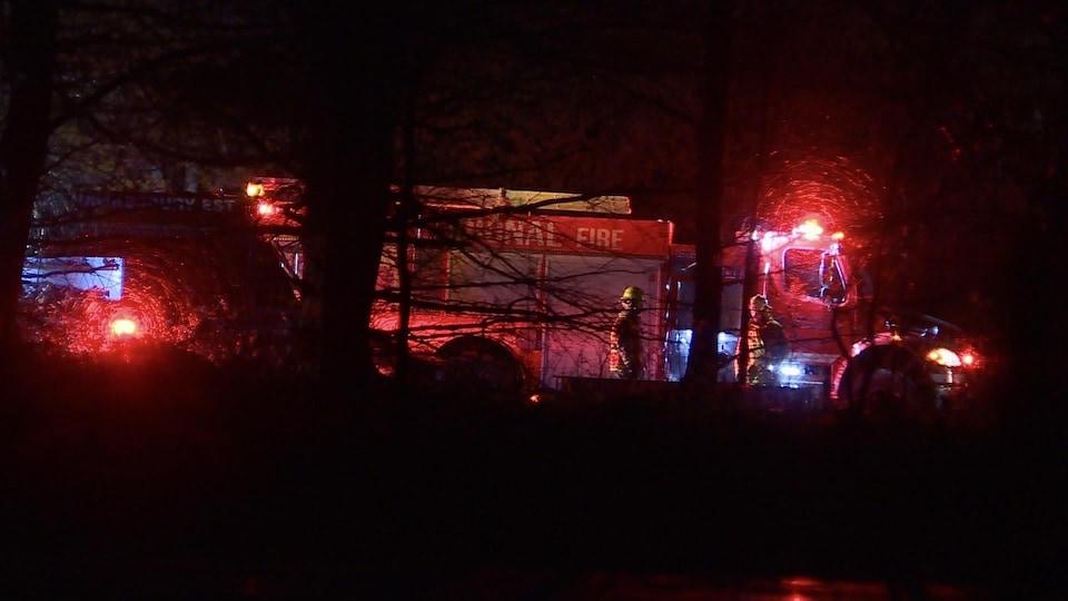 Un camion de pompier, dans la nuit.
