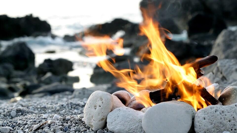 Un feu de bois sur une plage.
