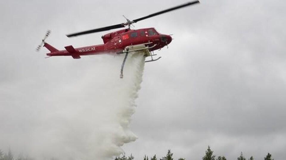 Un avion-citerne éteint l'incendie Parry Sound 33