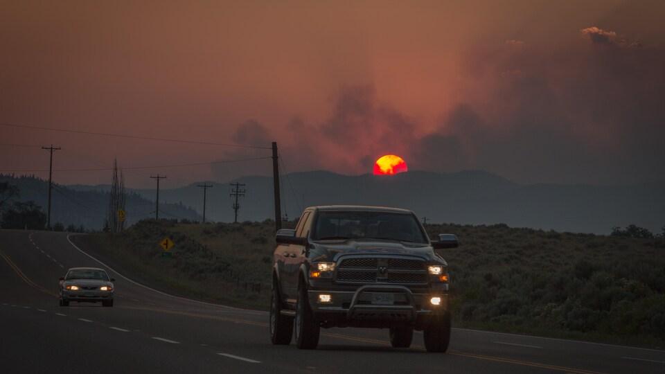 Un feu de forêt brûle au loin près de Cache Creek en Colombie-Britannique.