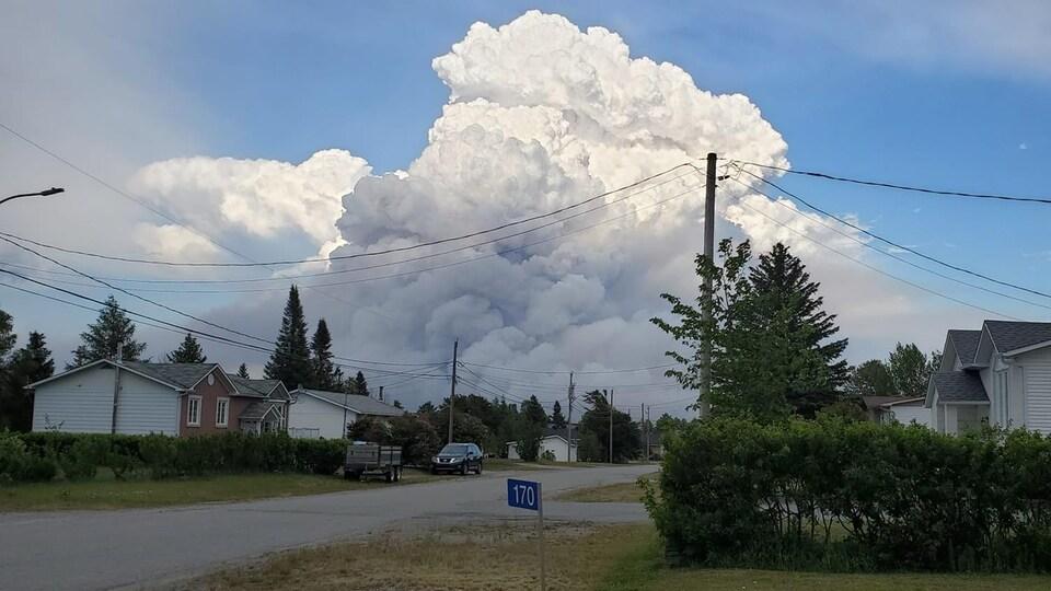 La fumée d'un feu de forêt vu d'un quartier résidentiel.