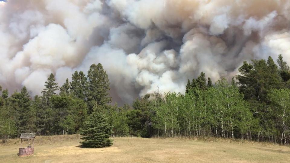 La fumée s'élevant du feu de forêt en bordure de Prince Albert, en Saskatchewan, le 17 mai 2021.