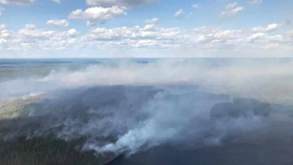 Vue aérienne d'un feu de forêt.