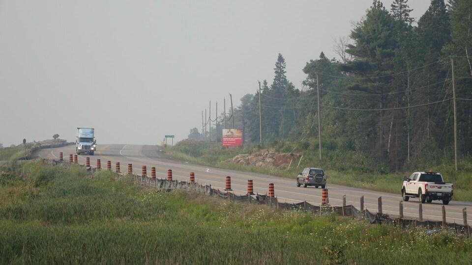 Des véhicules sur la route 69.