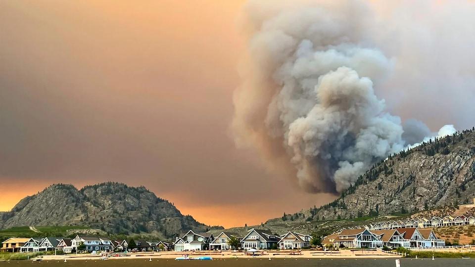 Une colonne de fumée s'élève du feu de forêt Nk'Mip Creek près d'Oliver dans la vallée de l'Okanagan.