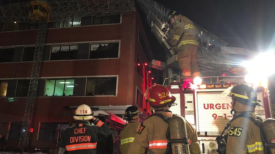 Des pompiers interviennent pour maîtriser un incendie au quatrième étage d'un édifice de la rue King Ouest, à Sherbrooke.