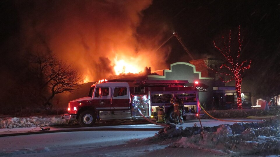 Un incendie s'est déclaré dans la nuit de dimanche à lundi au bar Le Café d'la vieille forge à Saint-Jacques, dans la municipalité d'Edmundston.