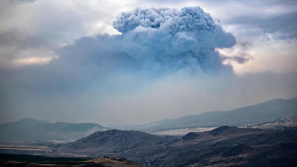 Un immense nuage causé par la fumée des feux de forêt plombe des vallées dans la région de l'Intérieur, en Colombie-Britannique.