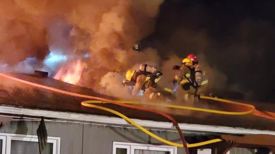 Les pompiers ont travaillé fort pour combattre l'incendie.