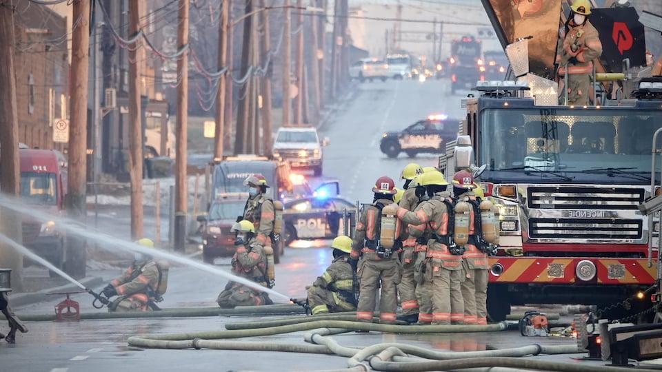 Des pompiers.