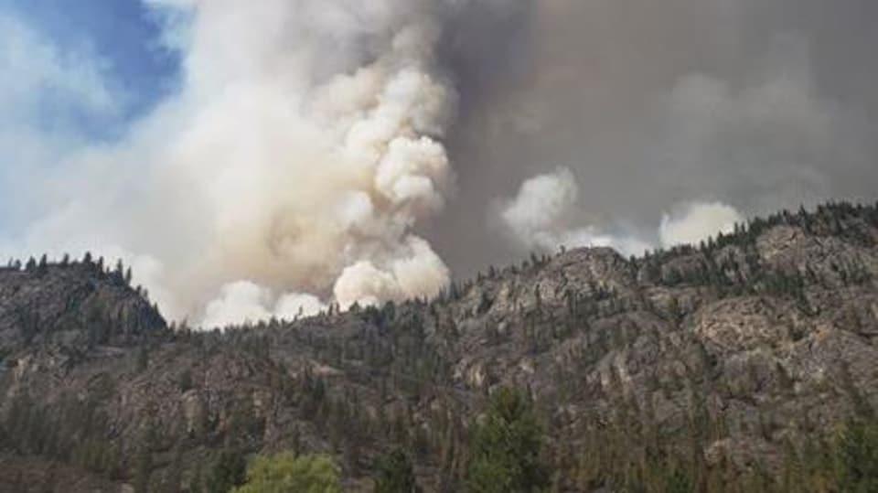 Un panache de fumée du feu Inkaneep Creek près d'Osoyoos dans l'Okanagan, le 23 juillet 2021.