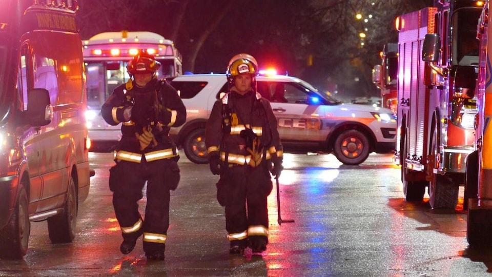 Deux pompiers marchent.