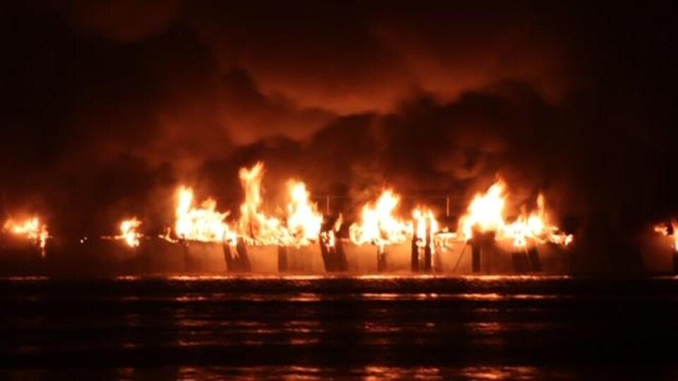 Des flammes ravagent le port de New Westminster.