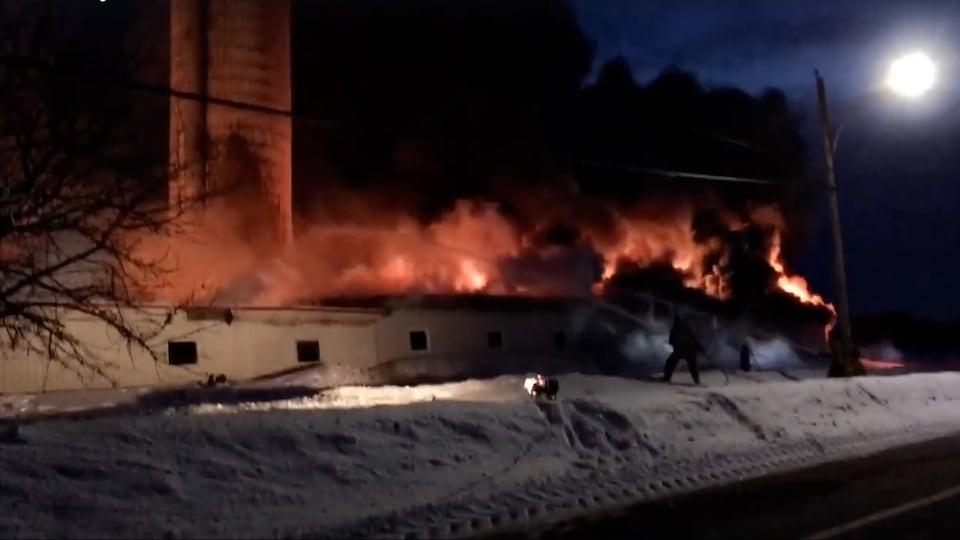 Les pompiers combattent l'incendie à Saint-Henri-de-Taillon.