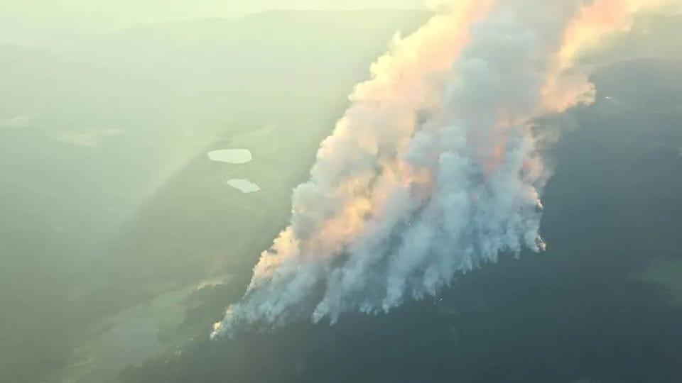 De nombreuses colonnes de fumée émanent du feu de Sparks Lake, situé près de Kamloops, le 4 juillet 2021.