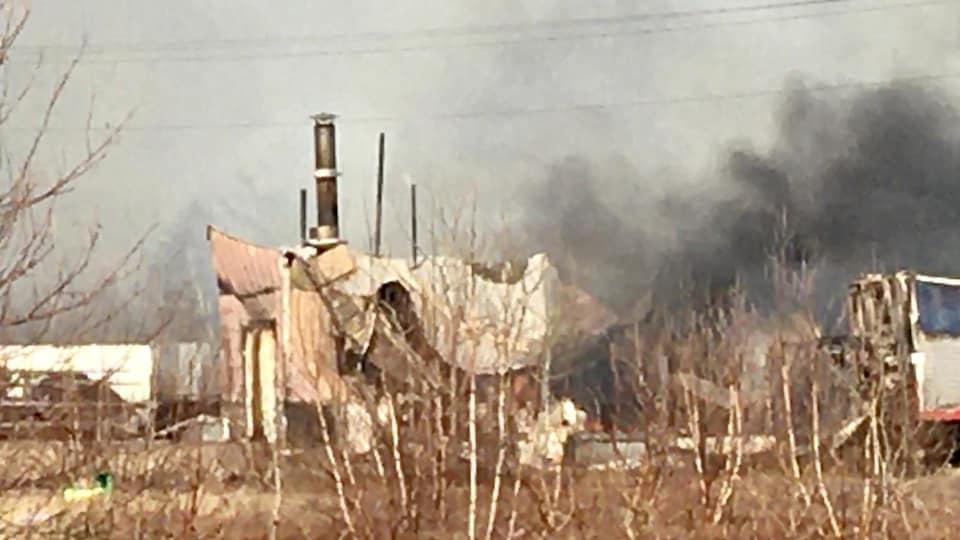 Une partie de l'usine ravagée par le feu.