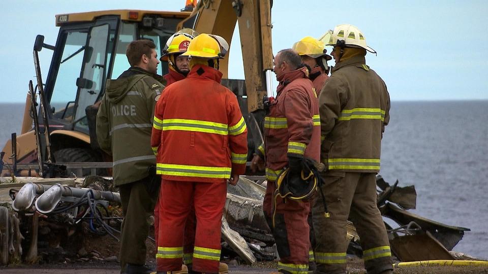 La pelle aidera les pompiers à déblayer et à éteindre les dernières braises.