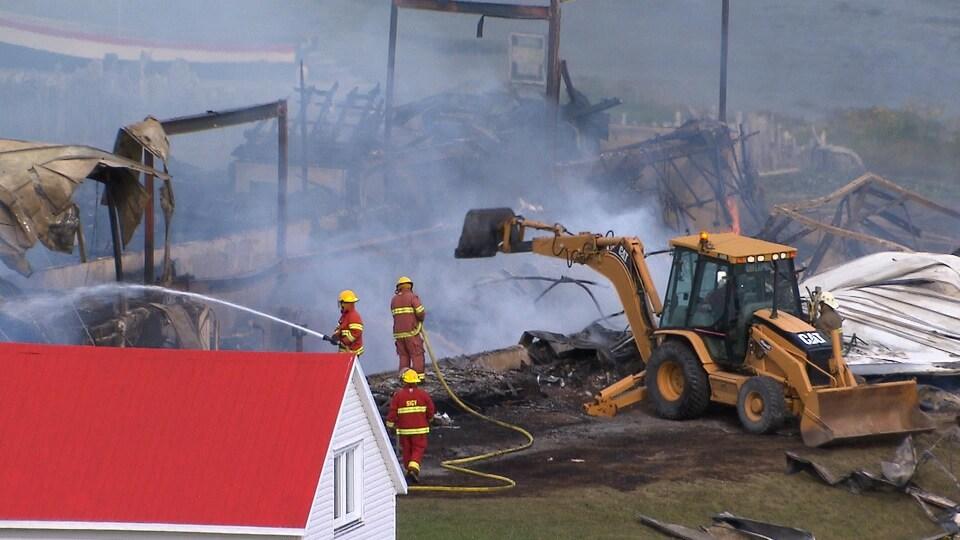 L'alarme a été donnée vers 5 h 30. À leur arrivée, les pompiers ne pouvaient déjà plus sauver le bâtiment.