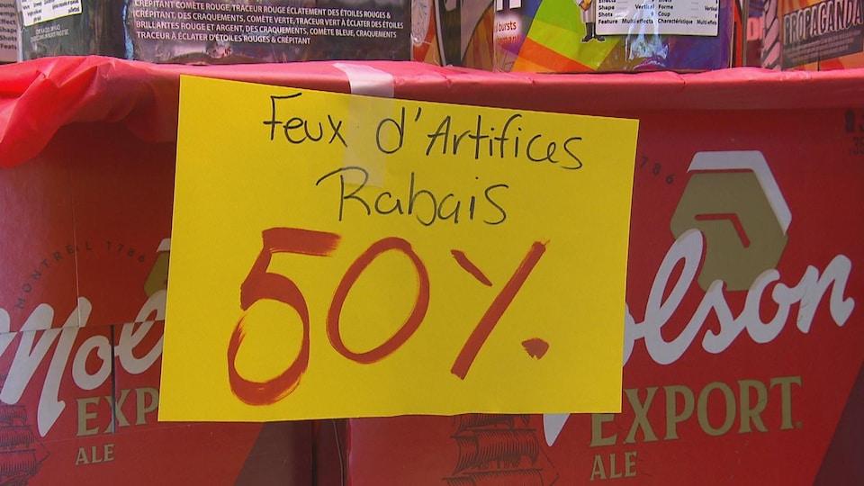 Pancarte indiquant un rabais de 50% sur les feux d'artifice.