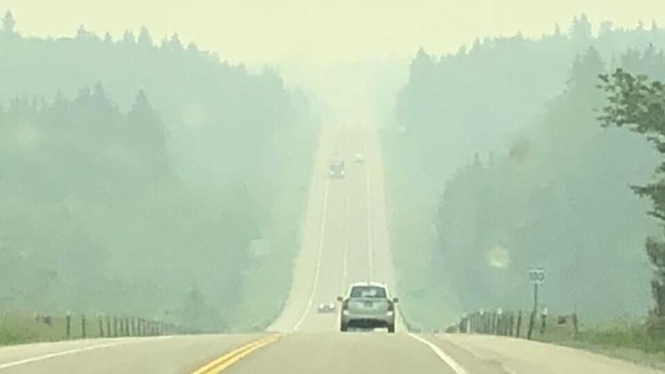 De la fumée sur une route
