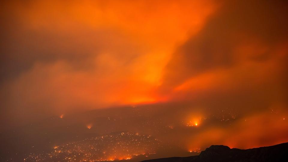 Un feu de forêt brûle dans une montagne à l'est de Cache Creek en Colombie-Britannique le 10 juillet 2017.