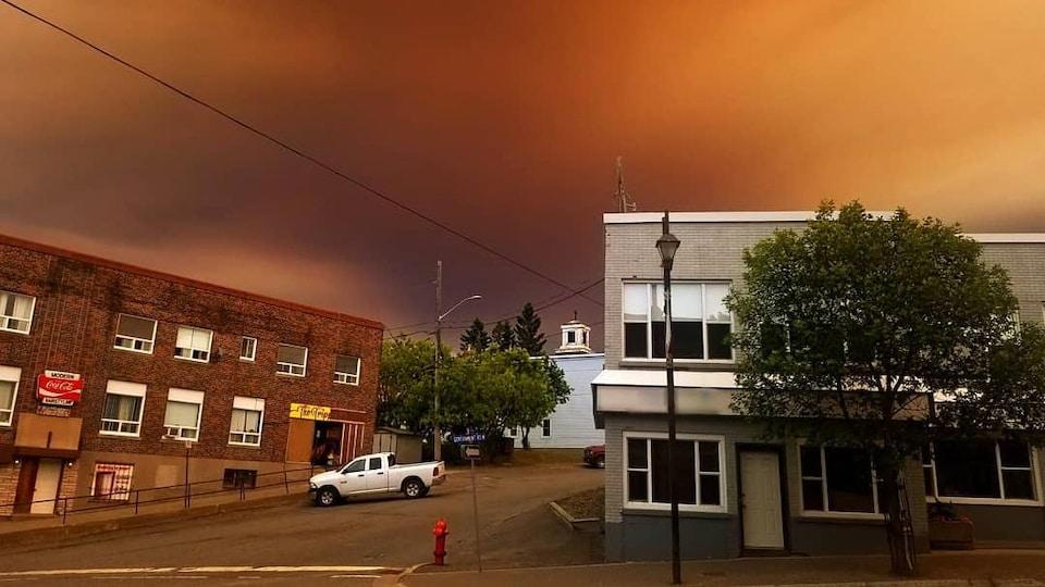 Une fumée orange dans le ciel de Kirkland Lake