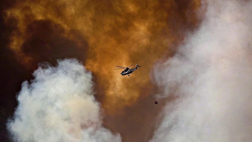Un hélicoptère semble encerclé par des flammes.