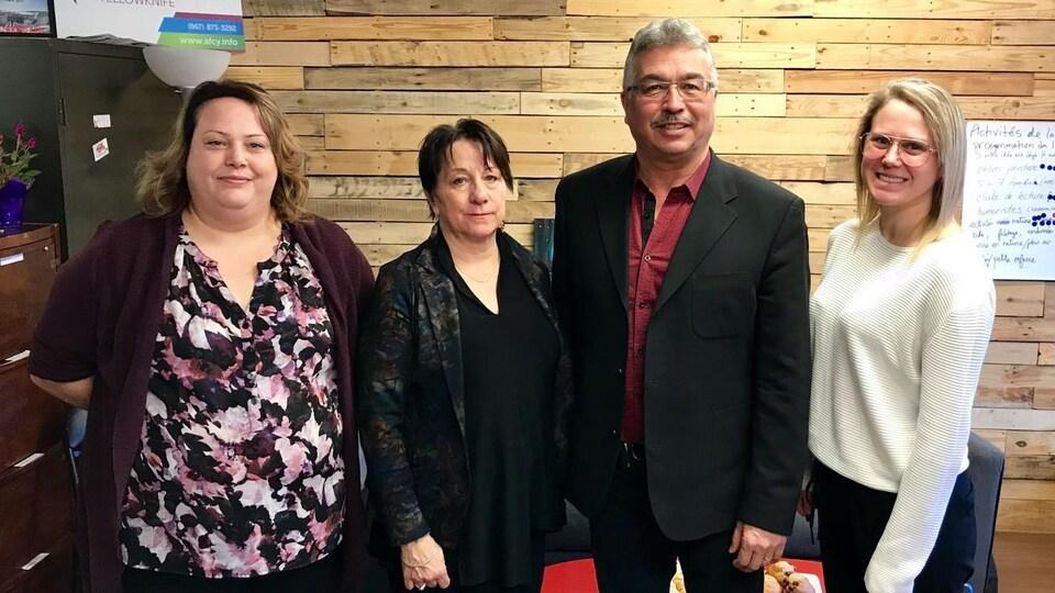 Trois femmes de la FFT entourent le député Michael McLeod.
