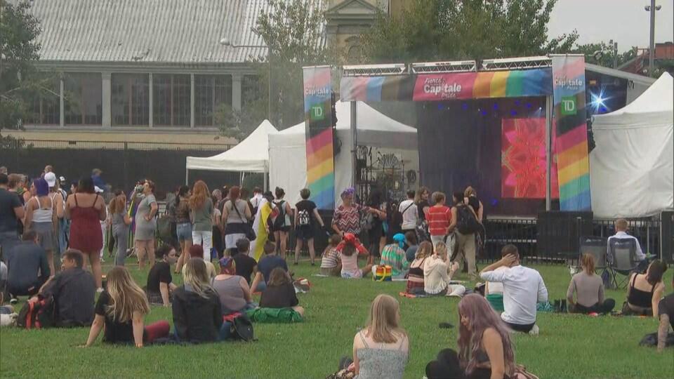 Des gens assis devant une scène.