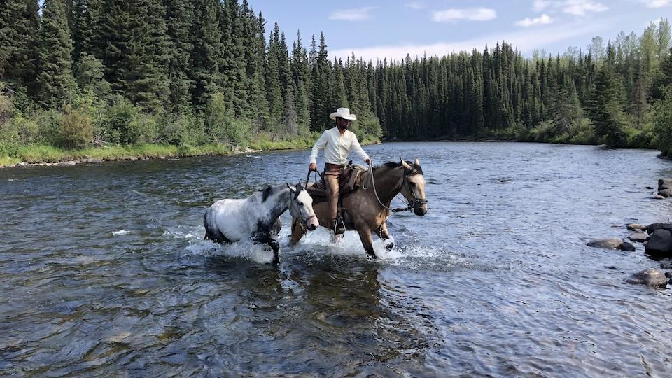 Filipe Masetti Leite traverse une rivière à cheval.