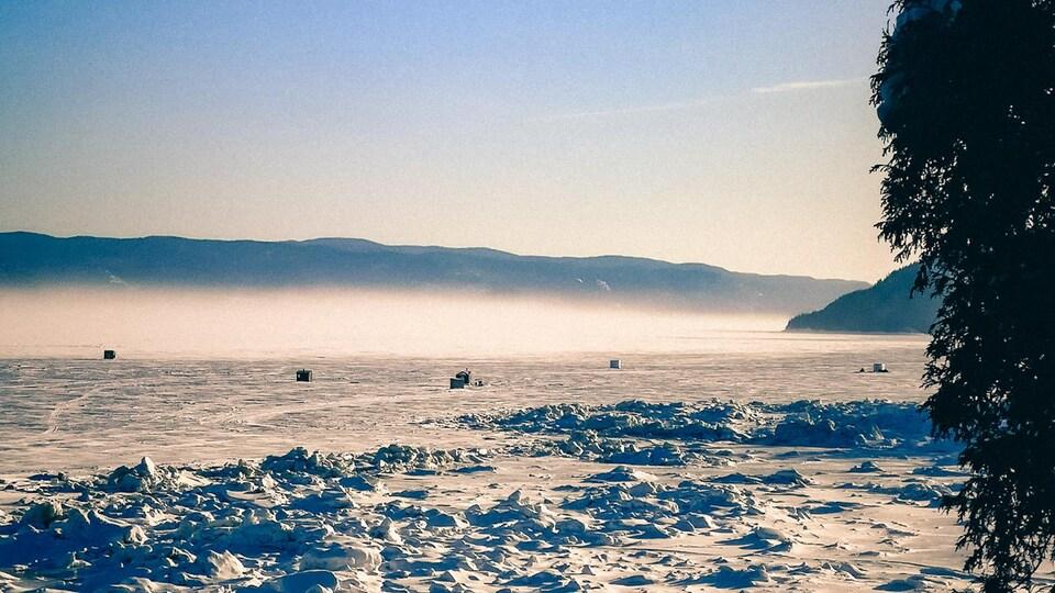 Des cabanes sur la glace.