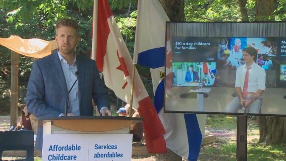 Iain Rankin et Justin Trudeau en conférence de presse, alors que Trudeau est présent de façon virtuelle, affiché sur un écran.