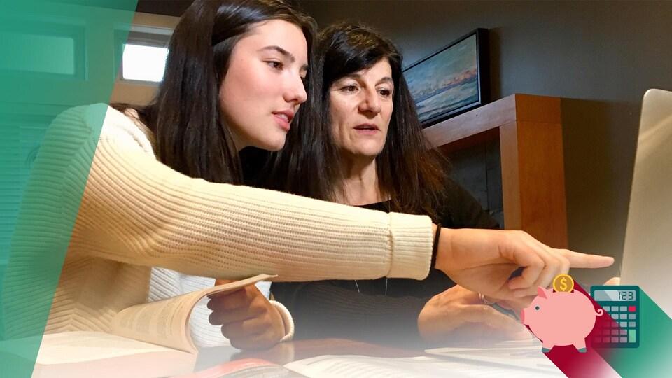 Élise Varty, à gauche, et Céline Sauvage, à droite, assise côte à côte pointent un écran d'ordinateur portable.