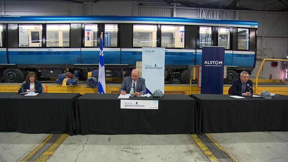 Le ministre de l'Économie et de l'Innovation, Pierre Fitzgibbon, la ministre responsable du Bas-Saint-Laurent, Marie-Eve Proulx et David Van der Wee, représentant d'Alstom en conférence de presse à l'usine de La Pocatière.