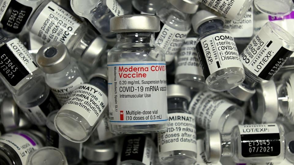 Des flacons vides de différents vaccins de Moderna, Pfizer-BioNTech et AstraZeneca contre la COVID-19.