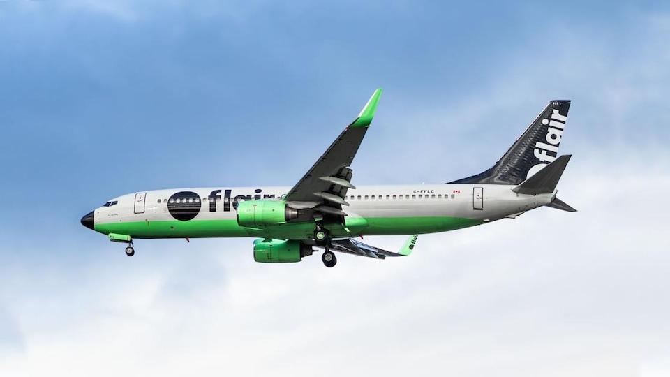 Un avion de Flair Airlines dans le ciel