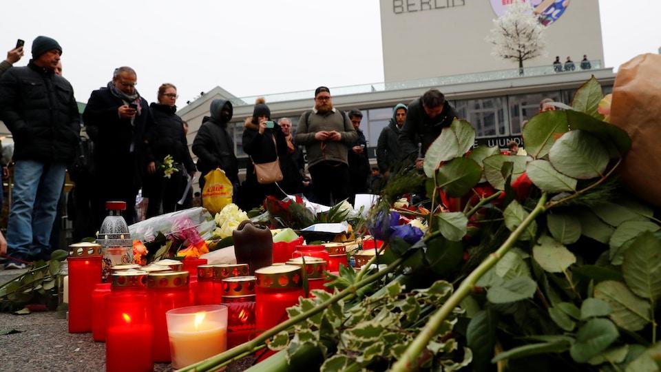 Des fleurs ont été déposées et des chandelles allumées sur les lieux du drame, en hommage aux victimes.