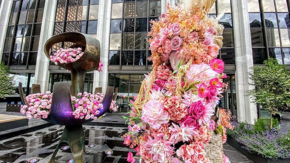 Une composition florale représentant une personne est dans les rues de Vancouver.
