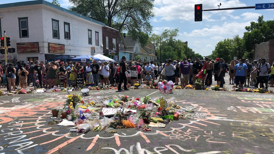 Des fleurs ont été déposées au milieu de la rue.