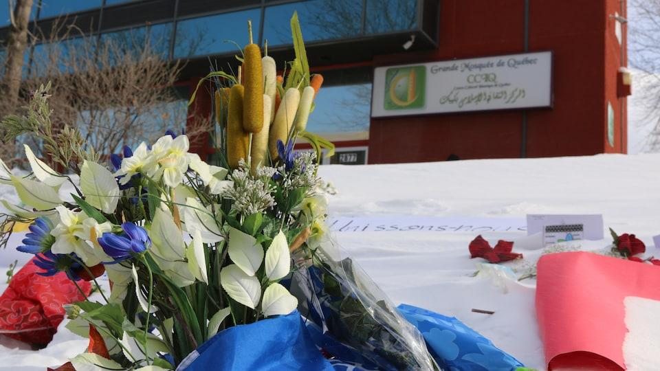 Des fleurs en hommage aux victimes ornent toujours le parterre devant la grande mosquée.