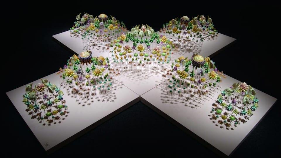 Une installation artistique se composant de dizaines de fleurs en céramique colorées.