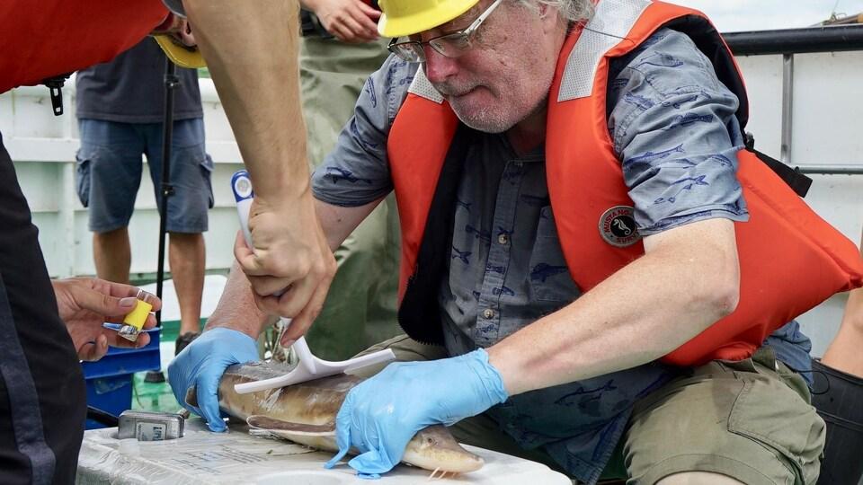 Gilbert Cabana tient un poisson.